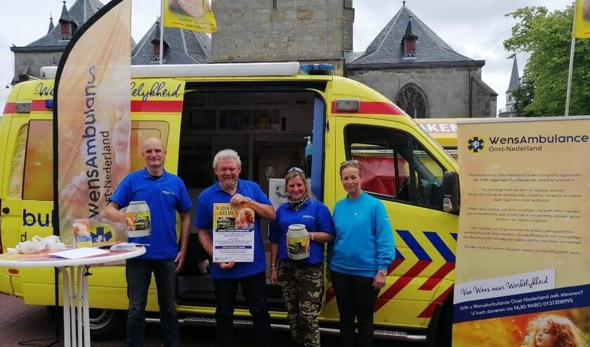 <p>Willem Schippers en zijn collega&#39;s maken promotie in Haaksbergen voor Wensambulance Oost-Nederland</p>