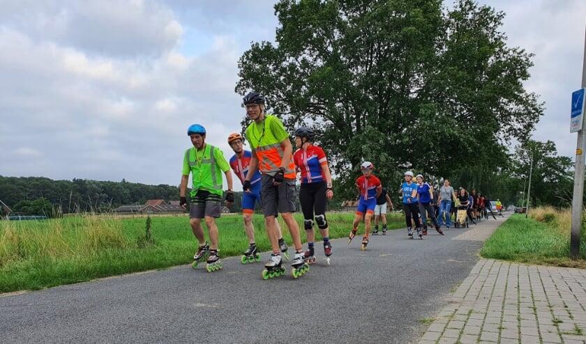 <p>Skaters onderweg door het buitengebied. Foto: Nightskate Twente.&nbsp;</p>