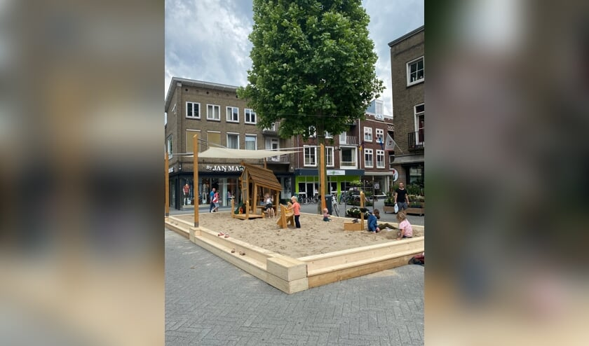 <p>Kinderen vermaken zich in het zand in het centrum. De opening was zaterdag.&nbsp;&nbsp;</p>