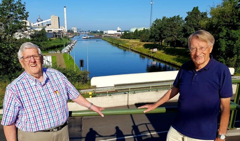 <p>Walter Tuenter (links) en Martin de Ruiter, vanaf sluis Hengelo, met een prachtig uitzicht over het Twentekanaal. (Foto: Linda Meijer)</p>