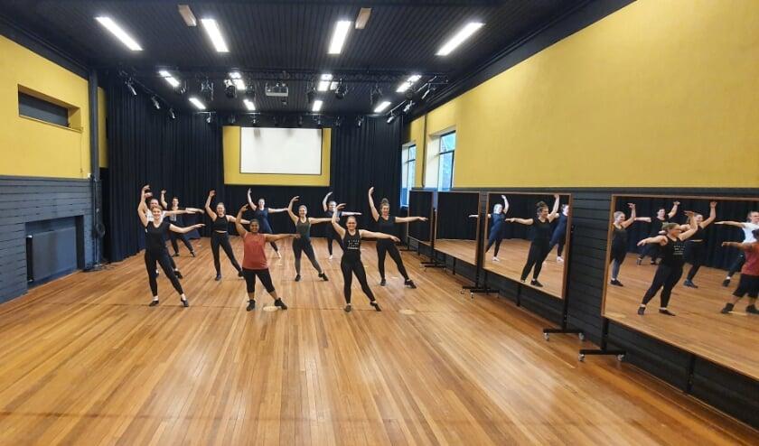 <p>Dansers in de kleine zaal in De Kappen. Het nieuwe seizoen is begonnen.&nbsp;</p>