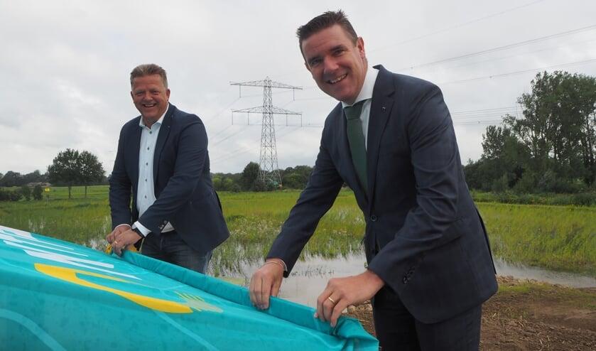 <p>Wethouder van Mierlo en algemeen directeur van NTP Martin Slot hebben samen de Lake Source Cooling Leemslagenplas geopend. Het water wordt gebruikt om het ZGT te koelen.</p>