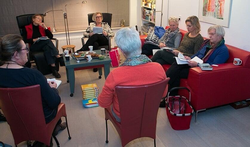 <p>Leesliefhebbers bespreken samen een boek. Foto: Senia.&nbsp;</p>