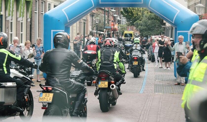 <p>De motorrijders in het centrum van Haaksbergen. Eigen foto.&nbsp;</p>