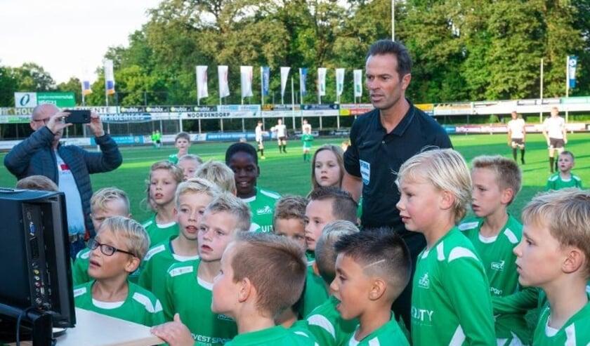 <p>Het VAR-moment in de wedstrijd tussen het eerste elftal en de jeugdspelers. Bas Nijhuis was scheidsrechter.&nbsp;</p>