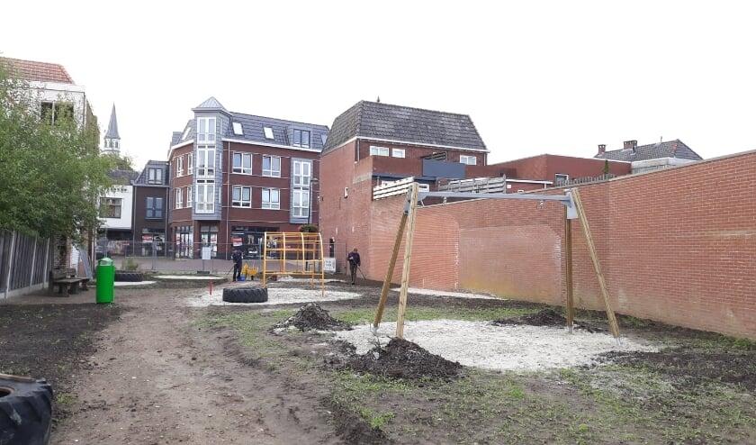 <p>Er wordt gewerkt in het park in aanbouw. Er staan al diverse toestellen. Over ruim een maand is de opening.&nbsp;</p>