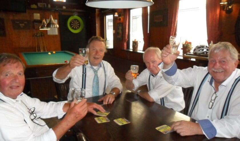 <p>Het muzikale combo geniet van een lekker biertje. De smartlappenzangers kwamen bijeen in hun uitvalsbasis, caf&eacute; Moatman in Oldenzaal.</p>