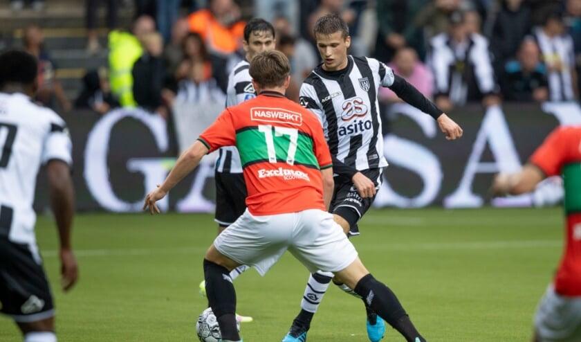 <p>Lucas Schoofs aan de bal tegen NEC in Erve Asito. (Foto: NESimages)</p>
