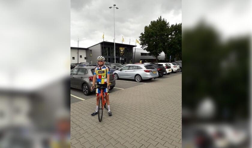<p>Arnoud Nijhuis tijdens zijn ronde door Nederland. Hier is hij in Venlo. Hij fietste vervolgens naar Haaksbergen.</p>