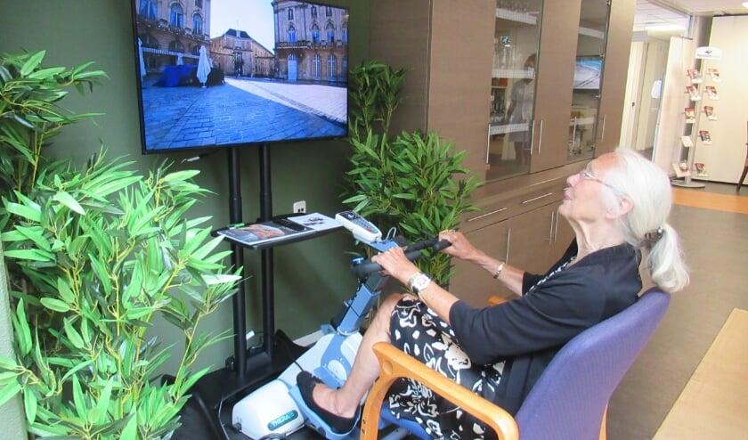 <p>Mevrouw Murre gaf de aftrap en fietste de route door de stad Nancy in Frankrijk waar zij met haar man veel heeft gefietst.</p>