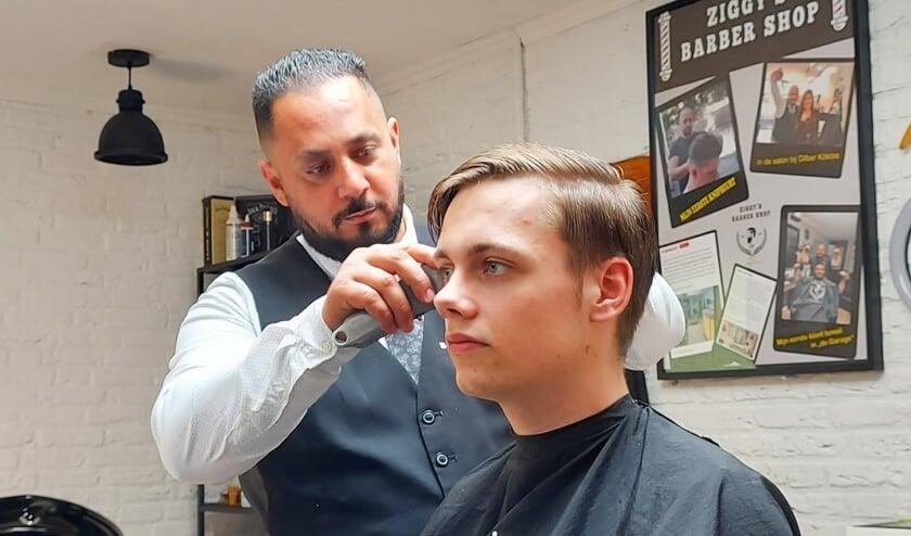 <p>Ziggy is helemaal in zijn element in zijn eigen Ziggy&#39;s Barber Shop. Foto&#39;s: Jesse de Graven</p>