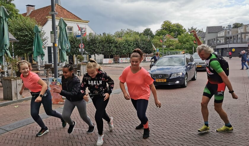 <p>De deelnemende meiden starten aan hun eigen Run Bike Run. Voorzitter Maarten van Bree geeft het startschot op de wat druilerige vrijdag.</p>