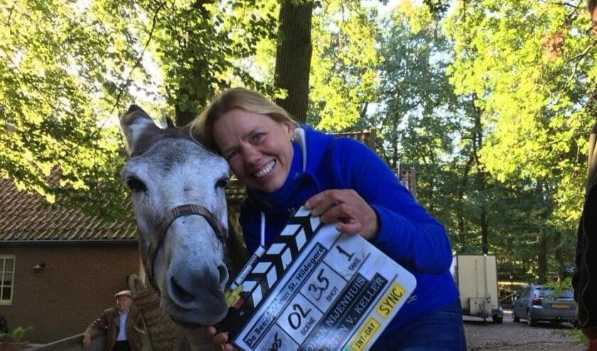<p>Hilde Obdeijn met de ezel, die meespeelt in de film De Beentjes van Sint-Hildegard. Eigen foto.&nbsp;</p>