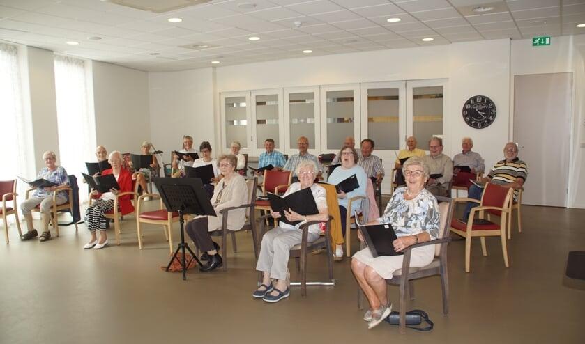 <p>Interkerkelijk koor Jong van Hart zingt weer, maar nog wel op anderhalve meter afstand.</p>