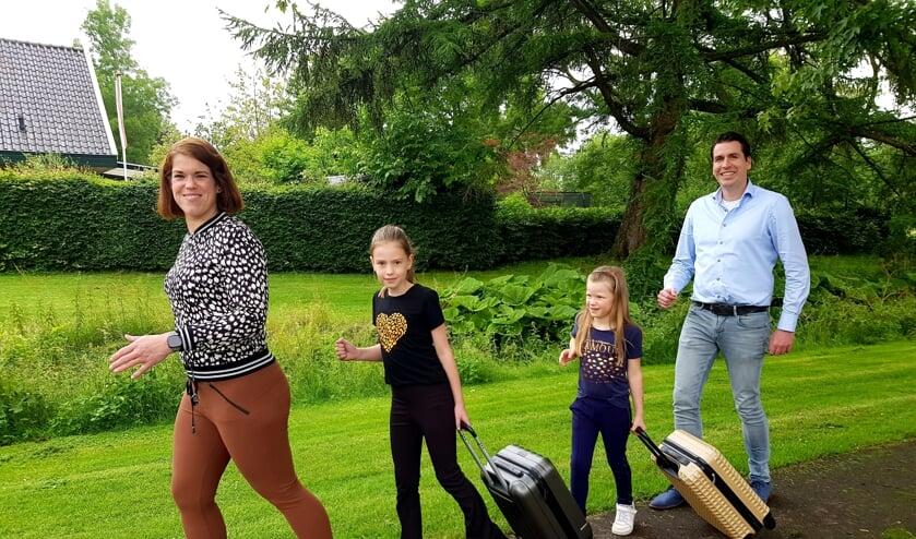 <p>De familie Van den Hoeven zijn echte sportfanaten; zwemkleding, dumbells en yogamat, alles gaat mee! (Foto: Linda Meijer)</p>