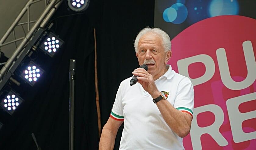 <p>Medeorganisator Bennie Wielens van de WAK-week in Haaksbergen op het podium.&nbsp;</p>