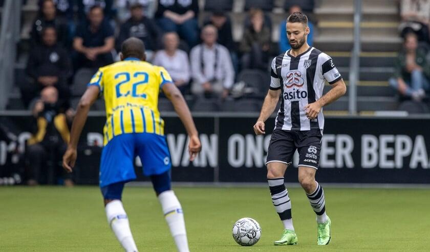 <p>Marco Rente aan de bal tegen RKC Waalwijk in Erve Asito. (Foto: NESimages)</p>