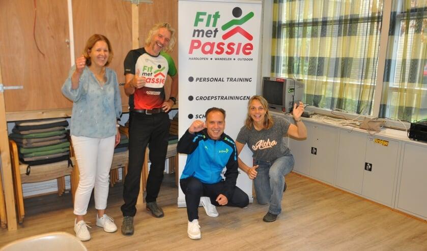 <p>Ingrid Ribberink, Henk Passies, buurtsportcoach Jurgen Schiphorst en Marijke Vloedbeld zijn de initiatienemers van de Kuier Deur Challenge</p>