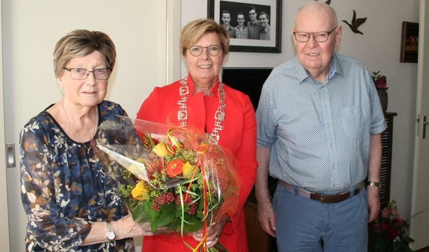 <p>Loco-burgemeester Anja Prins feliciteert het echtpaar Welmink. (Tekst/foto: Martin Meijerink)</p>