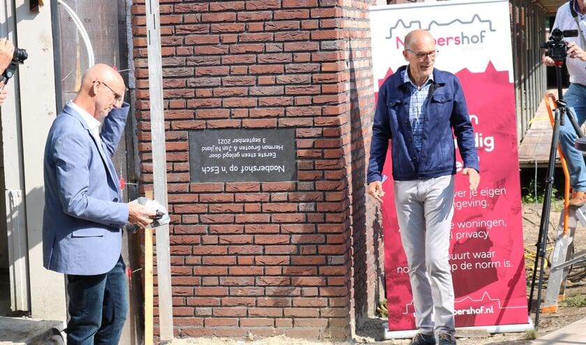 <p>RIJSSEN - De gedenksteen van de eerste steen is ondersteboven in de muur gemetseld. Links Herman Grooten en rechts Jan Nijland.</p>