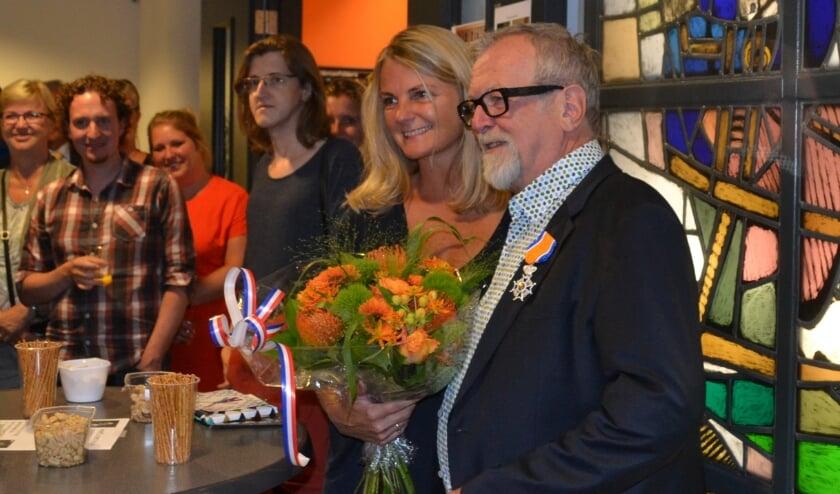 <p>Koos van der Burgh en zijn vrouw Willy, bij zijn afscheid als huisarts in 2017. Hij werd Ridder in de Orde van Oranje-Nassau.&nbsp;</p>