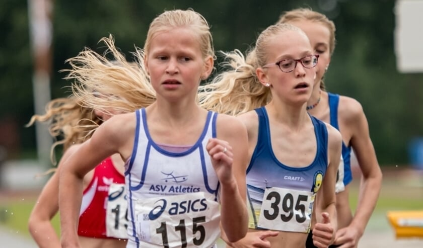 <p>Julia Seppenwoolde (AV Atletics Nijverdal, MPA), Kirsten van den Hurk (Lopersgroep Deurne, MJD)</p>