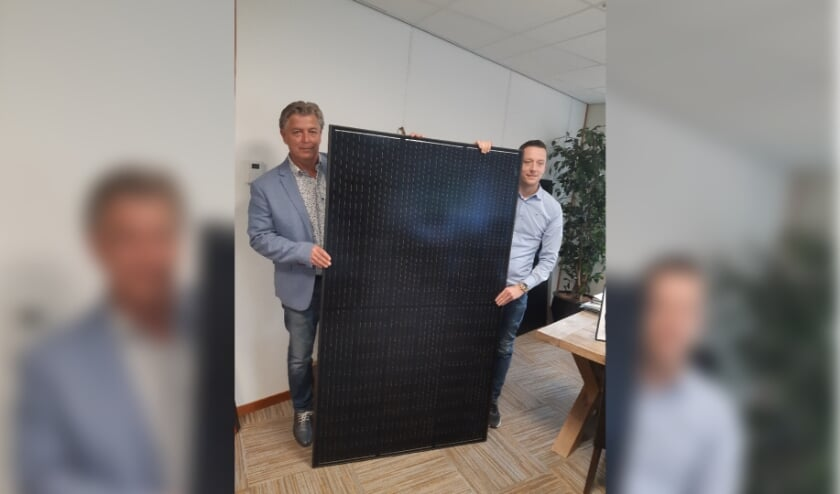 <p>Peter Niekolaas en Lars Kooistra met een zonnepaneel. </p>