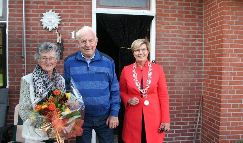<p>Loco-burgemeester Anja Prins kwam langs om het echtpaar te feliciteren met hun bijzondere jubileum. (Tekst/foto: Martin Meijerink)</p>