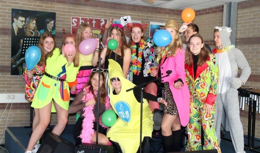 <p>Lachen: Leerlingen van het Canisius zijn verkleed in het kader van het thema carnaval.</p>