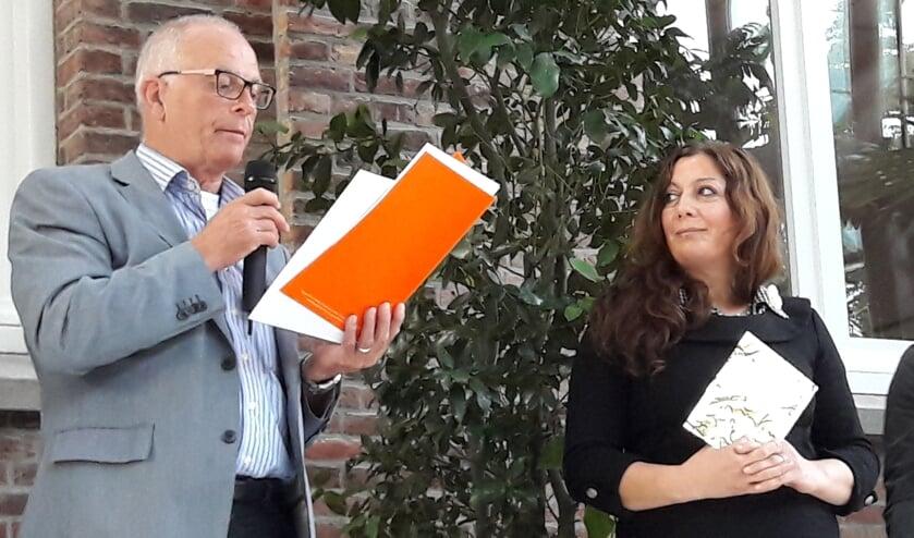 <p>Directeur Gerard Cox van de bieb met een vorige winnaar, Yasmin Haidar Khalaf.&nbsp;</p>