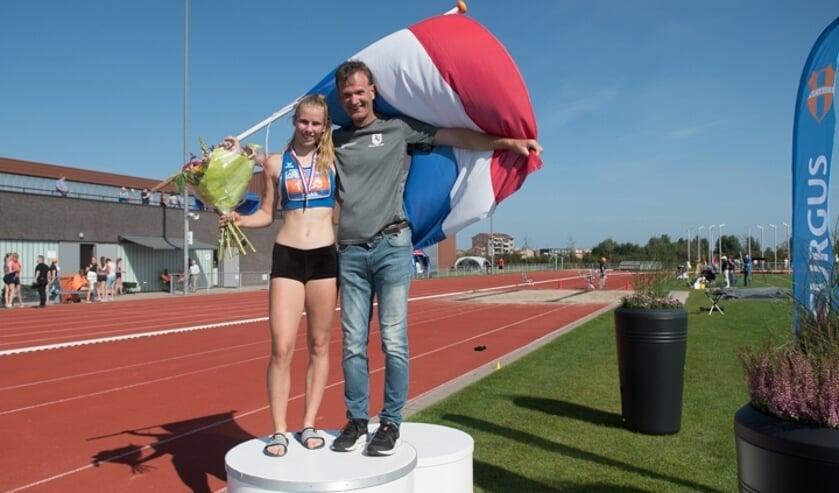 <p>Meerkampster Marleen Baas van AC Tion en trainer Marcel Dost.</p>