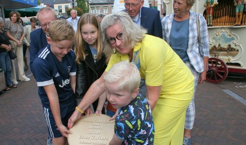 <p>Erna Zwiers legt haar plaquette in de Walk of Fame. De waardering liet helaas even op zich wachten.</p>