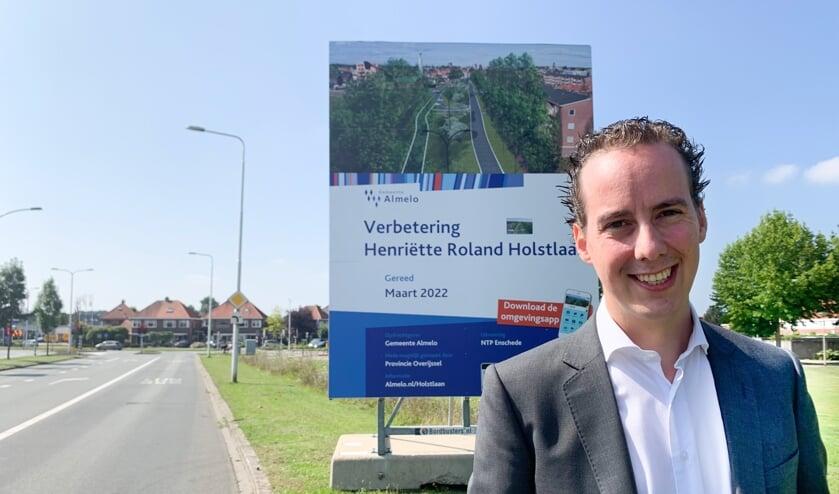 <p>Wethouder Arjen Maathuis bij het bord van de herinrichting H. R. Holstlaan.</p>