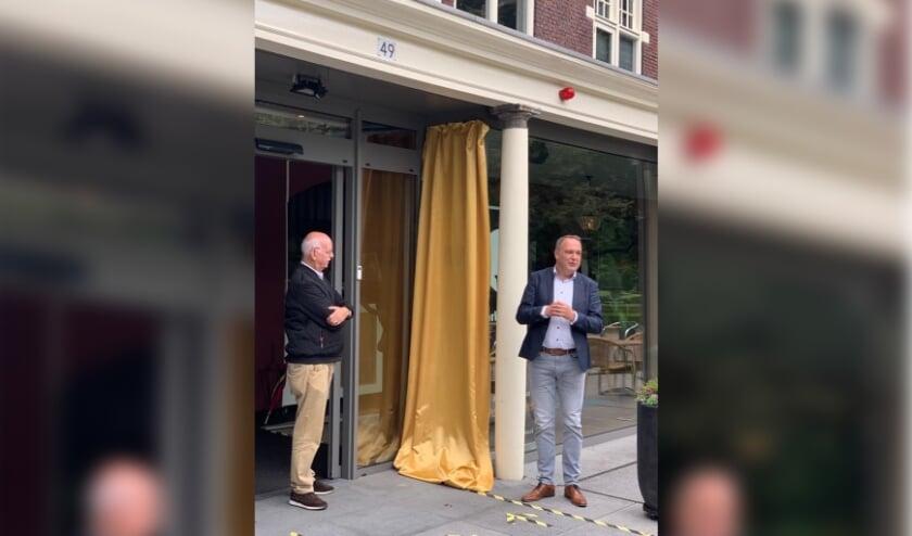 <p>Voorzitter Jan Bakker (links) en wethouder Ben Beens staan op het punt om het logo te onthullen bij de ingang van het Parkgebouw.&nbsp;</p>