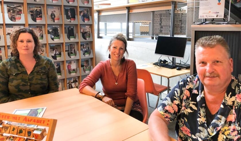<p>De Almelose taalambassadeurs vinden het belangrijk om aandacht te krijgen voor het belang van lezen en schrijven.</p>