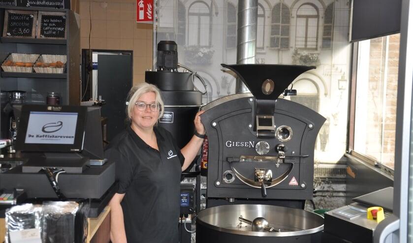 <p>Irene Prigge bij de koffiebrander waarmee ze koffiebonen zelf branden</p>