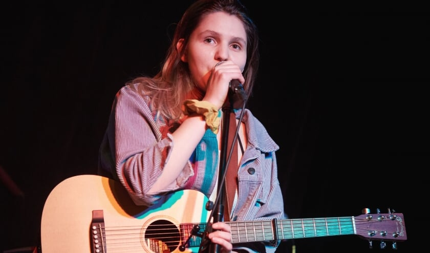 <p>Lauringer: aanstekelijke singer-songwriter tunes gemend met pop en feel-good indie. Foto: Marcel Pullen</p>