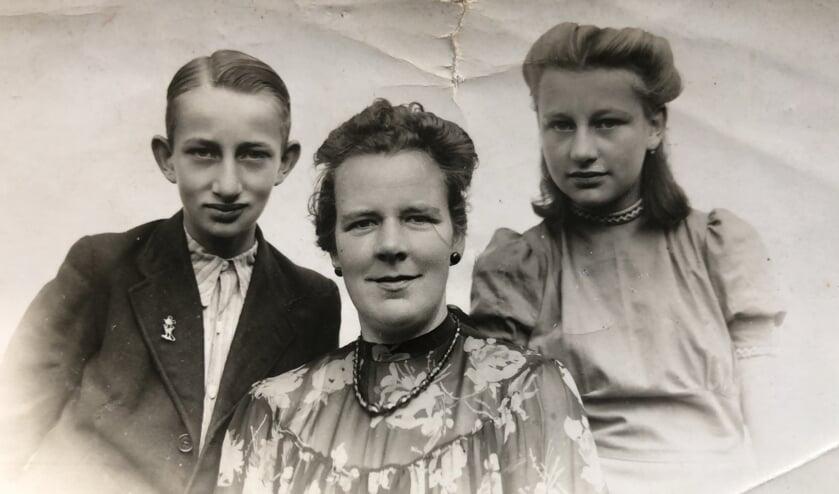 <p>De vrouw van Salomon de Lange, Erna Nagel met hun twee kinderen Gerd en Sonja. Foto: Sonja de Lange. </p>