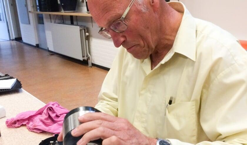<p>De vrijwilligers van Repair Café Almelo proberen altijd een reparatie tot een goed einde te brengen.</p>