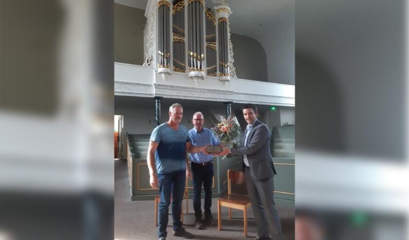 <p>V. l.n.r. kerkrentmeester Gerrit Veneklaas, Wim Nijkamp voorzitter Erfgoed Adviesraad Rijssen-Holten en wethouder Erik Wessels.&nbsp;</p>