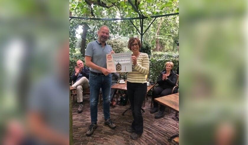<p>Burgemeester Patrick Welman, tevens voorzitter van de Oudheidkamer Twente, neemt een cheque in ontvangst van Harriet Tomassen van Crematoria Twente.&nbsp;</p>