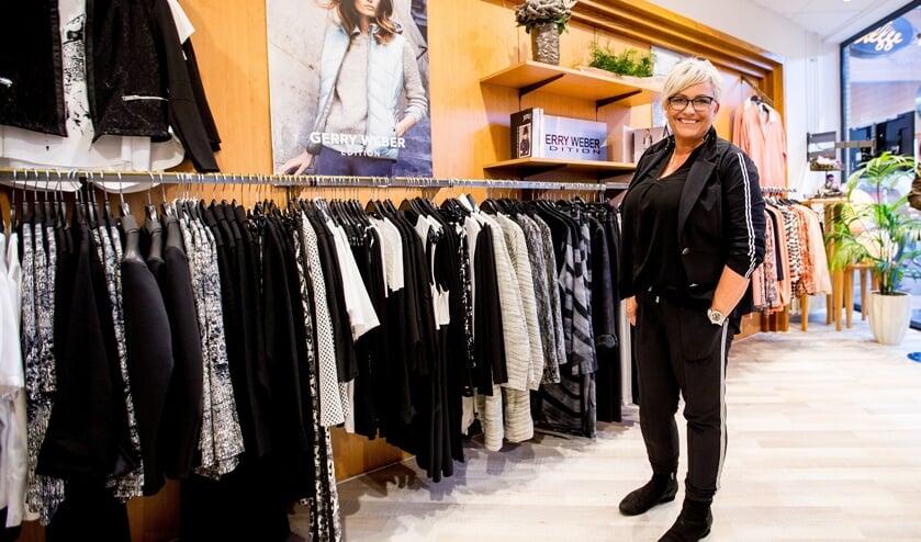 <p>Ria Stegge in haar modezaak. Deze week viert ze het jubileum met een feestweek. Foto: PR.&nbsp;</p>