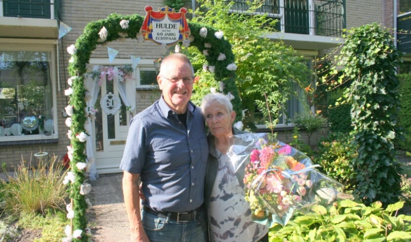 <p>Het echtpaar Massink-Warners bij hun vrolijk versierde woning.</p>