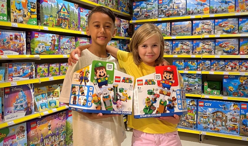 """<p>Jordann en Emily testen de Legoset met Mariofiguren, ''Je bent echt een beetje in je Mariospel aanwezig"""", aldus Jordann.</p>"""