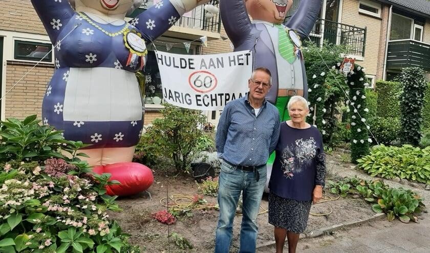 <p>Foto: Ben Wubbels. Tekst: Martin Meijerink. De Thijdarren eren het echtpaar op gebruikelijke, ludieke wijze.</p>