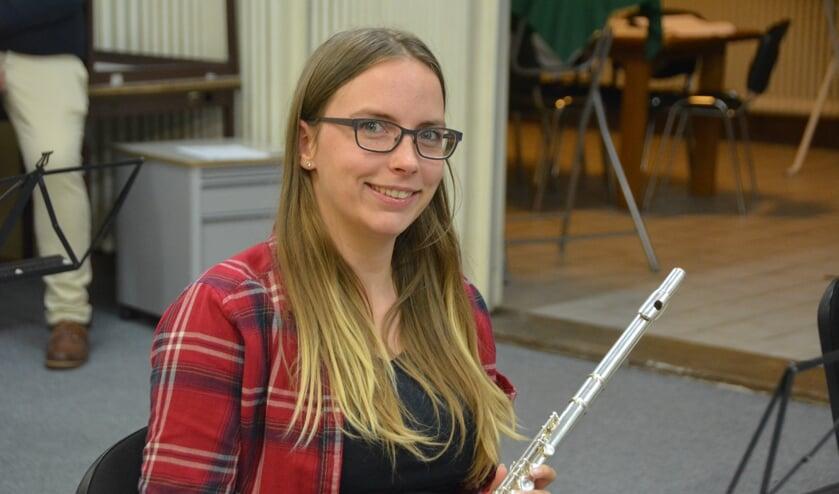<p>Ruth (28), dwarsfluitiste bij Stadsharmonie Enschede: &ldquo;De gezelligheid die in het orkest zit is heel belangrijk voor mij!&quot;</p>