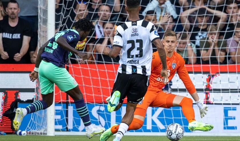 <p>Koen Bucker in actie tegen PSV in Erve Asito. (Foto: NESimages)</p>