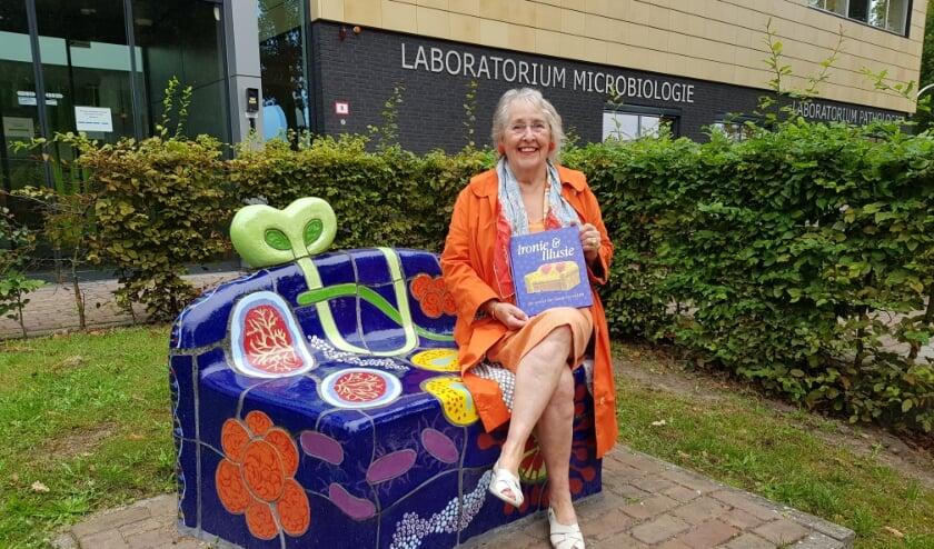 <p>Guusje Beverdam zit vol trots op haar zelfgemaakte creatie, met het bijkleurende gloednieuwe kunstboek in haar hand. (Foto: Linda Meijer)</p>