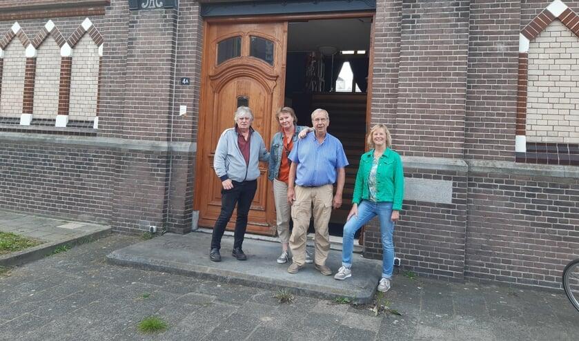 <p>Dinand, Anita, Frits en Janneke zijn blij met deze kenmerkende locatie voor het Schrijversfestival en Boekenbal.</p>