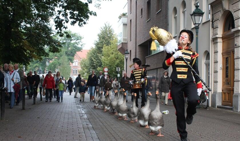 <p>De ganzenfanfare trekt zaterdag door de Losserse straten. Een ludieke muzikale toevoeging bij de Boerenmarkt.</p>